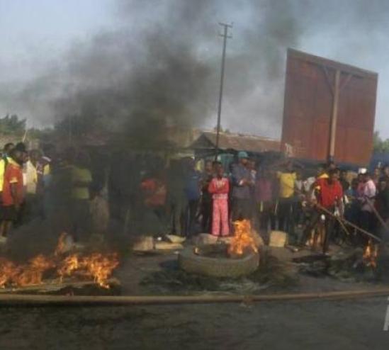 RDC : La tension monte à la Cour constitutionnelle, les militants brûlent des pneus.