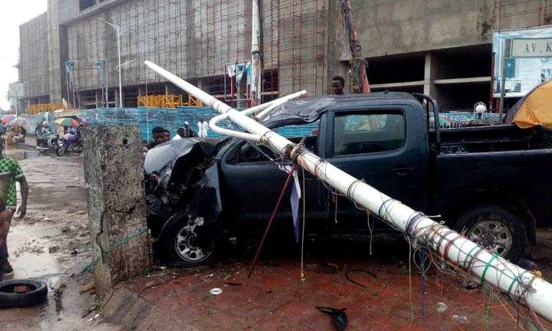 Gombe : un véhicule percute un réverbère et blesse un homme.