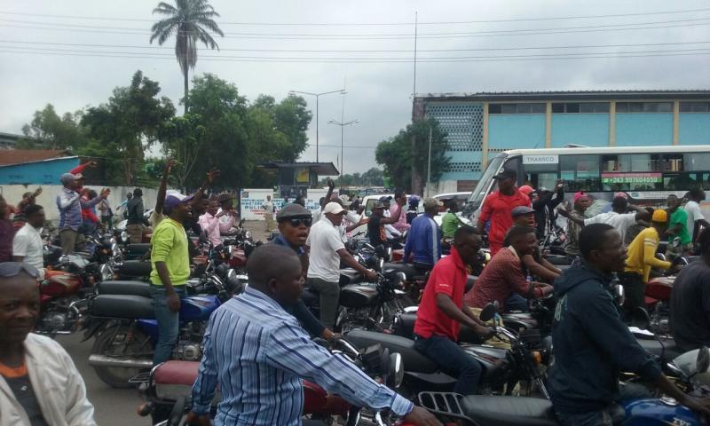Haut-Katanga : manifestation de colère des militants de l'UDPS à Kasumbalesa contre la mort d'un de leurs dans une altercation entre policiers et taxis-motos