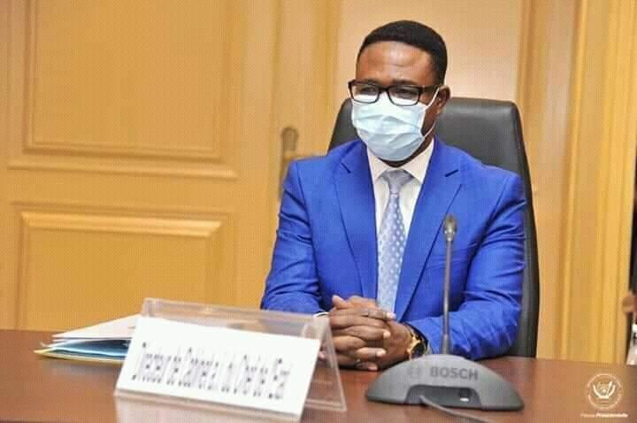 Eberande Kolongele à côté du Chef de l'État.