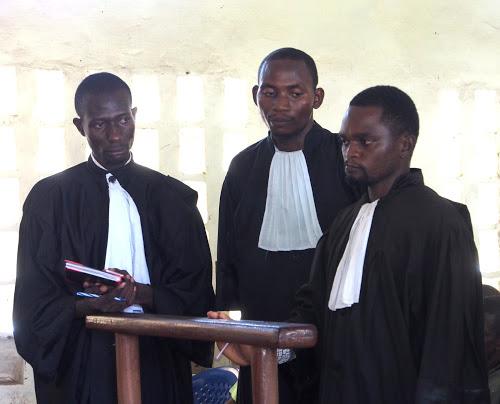 Meurtre des experts de l'ONU : les avocats de la défense demandent l'aide du gouvernement .